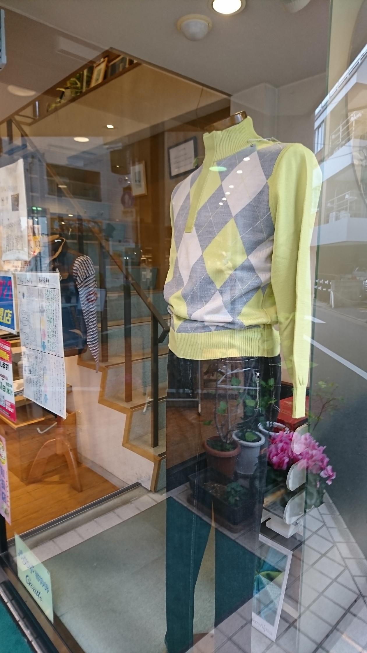 入り口脇のウィンドーにいるトルソーにはストレッチデニムと春物セーターを着てもらいました。